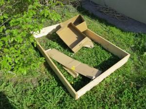 Des cartons de récupération pour couvrir le sol