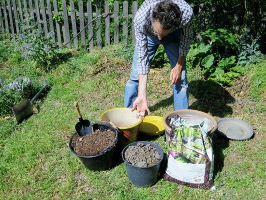 De gauche à droite : du compost maison, de la terre du jardin, du terreau universel