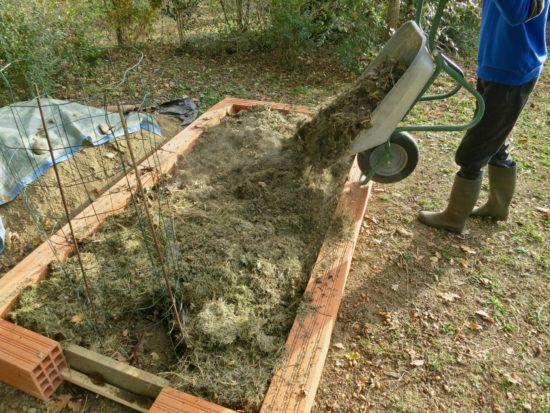Avec l'ajout de pelouse séchée, ça commence à déborder mais c'est pas grave !