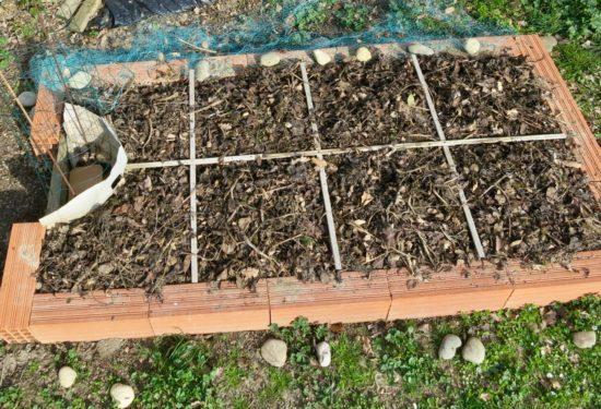 La grille se compose de baguettes de bois vissées entre qui servent de délimitation entre les microparcelles de 60 cm par 60 cm